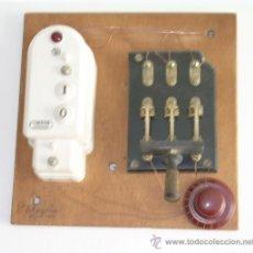 Antigüedades: CUADRO HECHO CON APARATOS Y MATERIALES ANTIGUOS DE ELECTRICIDAD. Lote 26869475