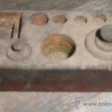 Antigüedades: CAJITA DE PESAS, MIDE 10 X 5 CMS, SÓLO TIENE DOS PESAS. Lote 10485666
