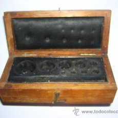 Antigüedades: ANTIGUA CAJA VACIA DE PESAS. Lote 27230602