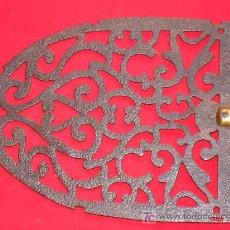 Antigüedades: PIE DE PLANCHA SIGLO XVIII EN HIERRO FORJADO CALADO Y LIMADO. FORJA. Lote 27315699
