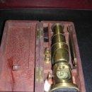 Antigüedades: MICROSCOPIO ANTIGUO DE BRONCE CON SU CAJA DE MADERA DE CAHOBA,16,5X7 CM,-. Lote 12301567