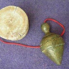 Antigüedades: ALBAÑIL. PLOMADA DE BRONCE Y MADERA S. XIX. Lote 13266541