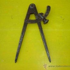Antigüedades: COMPAS ANTIGUO CON INICIALES. Lote 13361967