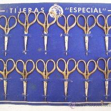 Antigüedades: CARTON DE MOSTRADOR CON 12 PEQUEÑAS TIJERAS DE ACERO Y LATON ´ TIJERAS ESPECIAL ´ (31X25CM APROX). Lote 23241594