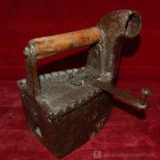 Antigüedades: ANTIGUA PLANCHA DE CARBÓN EN HIERRO. Lote 25507535