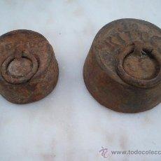 Antigüedades: 2 PESAS DE BALANZA. 1 HECTOGRAMO Y 1/2 KILOGRAMO.. Lote 27563377