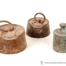 Antigüedades: LOTE DE TRES ANTIGUAS PESAS, LIQUIDACION DE VIEJOS TRASTOS.. Lote 20587504
