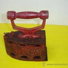 Antigüedades: PLANCHA DE CARBON PINTADO EN ROJO. Lote 15238259