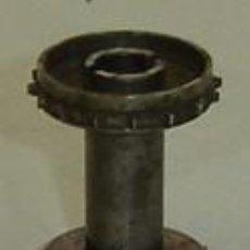 Antigüedades: PIEZA METALICA- RODILLO DE PROYECTOR DE CINE ANTIGUO-MEDIDA 2,5*3,5 CMS.. Lote 16276420