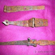 Antigüedades: 3 VISAGRAS ANTIGUAS 1700/1800. DE BARGUEÑO O ESCRITORIO , MEDIDAS, TIENEN DEFECTOS. Lote 27526564