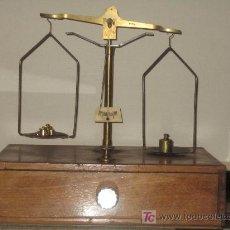 Antigüedades: ANTIGUA BALANZA DE PRECISION CON 8 PESAS VER FOTOS . Lote 15319486