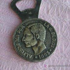 Antigüedades: ABRIDOR DE BOTELLAS CON IMITACION - MONEDA. Lote 26530316