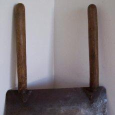 Antigüedades: CUCHILLA PARA CORTAR / RASPAR CON DOS MANGOS DE MADERA (CUCHILLA 35,5X14,5CM APROX). Lote 21174210