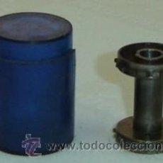 Antigüedades: PIEZA METALICA- RODILLO DE PROYECTOR DE CINE ANTIGUO CON ESTUCHE DE PLASTICO-MEDIDA 2,5*3,5 CMS.. Lote 15695984