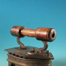Antigüedades: MUY RARA !! PLANCHA PARA ALFOMBRAS. 35 X 27 X 23 CM!! 8,4 KILOS DE PESO!1880/1900. Lote 15904720