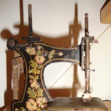 Pequeña máquina de coser muy antigua