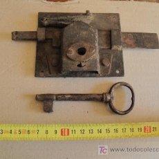 Antigüedades: ANTIGUA CERRADURA DE FORJA, CON SU LLAVE. Lote 26895918
