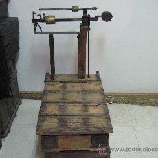 Antigüedades: BASCULA DE MADERA. PESA HASTA 125 K.. Lote 27294331