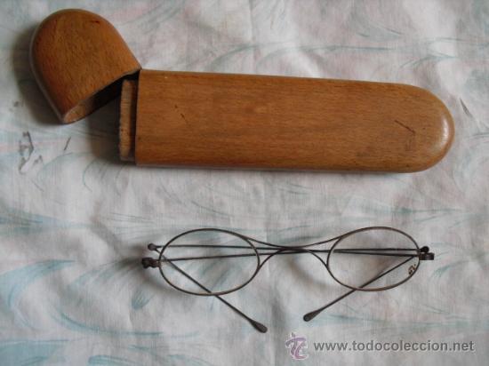 GAFAS DE ALAMBRE ACERADO SIGLO XVIII,Y FUNDA DE MADERA SIGLO XIX (Antigüedades - Técnicas - Instrumentos Ópticos - Gafas Antiguas)