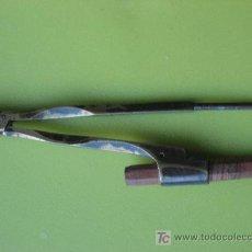 Antigüedades: COMPÁS. ANTIGUO COMPÁS DE LATON. 12 CMS.. Lote 23014560