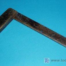 Antigüedades: ESCUADRA DE CARPINTERO. DIMENSIONES 18,5 X 34 CM. Lote 23829017