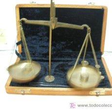 Antigüedades: + BALANZA QUILATERA CON SU CAJA DE MADERA. PESAS CURIOSAS.. Lote 26957398