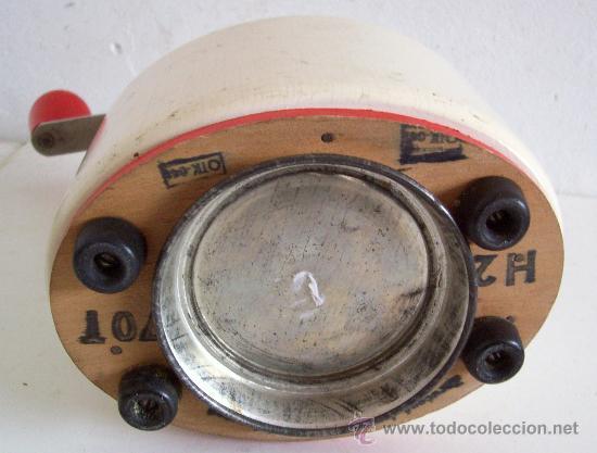 Antigüedades: molinillo de cafe ovalado de madera - fabricacion checoslovaca (21cm de alto aprox) - Foto 3 - 23847329
