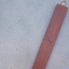 Antigüedades: MEDIDA DE SASTRE DE CAOBA CON GANCHO PARA COLGAR DE LATON (45X3,5CM APROX). Lote 24247291