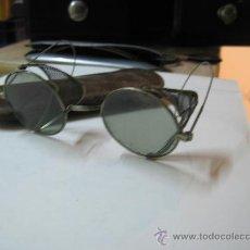 Antiquitäten - Gafas antigüas cristal oscuro, y protecciones laterales - 27180907