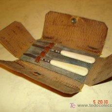 Antigüedades: DOS ANTIGUOS UTILES DE MANICURA CON ASA DE HUESO EN SU ESTUCHE . Lote 17952699