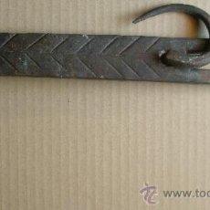 Antigüedades: ANTIGUA ALDABA EN HIERRO FORJADO.. Lote 26295639