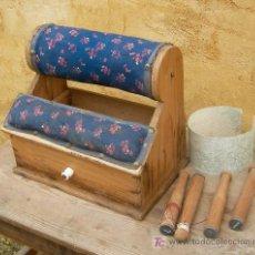 mueble de madera para hacer encaje de bolillos con bolillos y plantilla, antiguo ,,,mue365