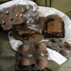 Antigüedades: LOTE DE 4 ADORNOS DE FORJA Y 2 CERRADURAS. Lote 19172490