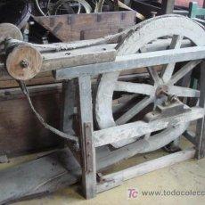 Antigüedades: LIJADORA ANTIGUA DE ZAPATERO DE PEDAL Y CON GRAN RUEDA DE CEMENTO. Lote 26046406
