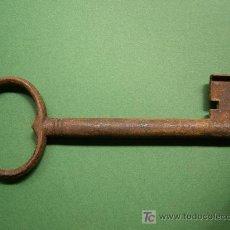 Antigüedades: ANTIGUA LLAVE DE HIERRO MACHO HECHA A MANO, SIGLO XIX DE 145MM X 8MM CON GUARDIA RARA. Lote 26821203