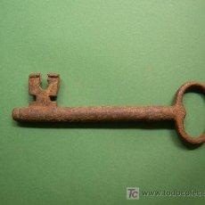 Antigüedades: ANTIGUA LLAVE DE HIERRO MACHO HECHA A MANO, SIGLO XIX DE 175MM X 12MM CON GUARDIA RARA, BAST. GRANDE. Lote 27388793