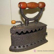 Antigüedades: ANTIGUA PLANCHA DE HIERRO FUNDIDO, FUNCIONA CON CARBON ESPAÑA U.C. . Lote 28901167