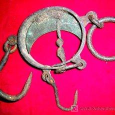 Antigüedades: BALANZA TIPO ROMANA ANTIGUA EN HIERRO Y METAL DORADO CON AGUJA RIZADA.FUNCIONA. ENVÍO INCLUIDO.. Lote 135391777