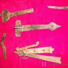 Antigüedades: 7 PIEZAS HIERRO FORJADO ANTIGUAS.VISAGRAS,CIERRRE INTERIOR-EXTERIOR,CANTONERAS DE BARGUEÑOS.. Lote 27244558
