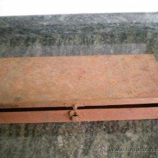 Antigüedades: ANTIGUA CAJA DE LLAVES DE VASO METALICA. Lote 22071909