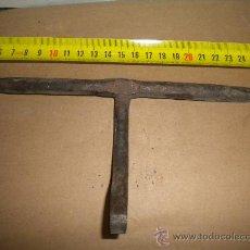 Antigüedades: ANTIGUO CERROJO DE FORJA. Lote 26312046