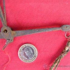 Antigüedades: ANTIGUA Y PEQUEÑA BALANZA DE HIERRO FORJADO.. Lote 24558901