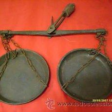 Antigüedades: BALANZA DE DOS PLATOS (LATON). Lote 24618128