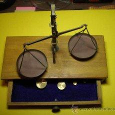 Antigüedades: BALANZA MUY ANTIGUA DE MADERA LA BASE Y METAL LA PARTE SUPERIOR.. Lote 26064037