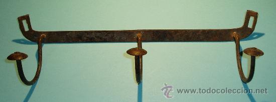 PERCHA DE HIERRO FORJADO CON TRES BRAZOS. ANCHO 37 CM (Antigüedades - Técnicas - Cerrajería y Forja - Forjas Antiguas)