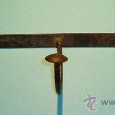 Antigüedades: PERCHA DE HIERRO FORJADO CON TRES BRAZOS. ANCHO 37 CM. Lote 26645192