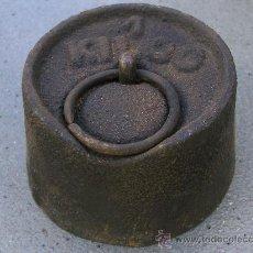 Antigüedades: PESA DE HIERRO DE 1KG (7,5X4CM APROX). Lote 24804991