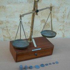Antigüedades: BALANZA MADERA DE FARMACIA ANTIGUA CON PESITAS ,,, BAL365. Lote 26271307