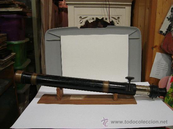 ANTEOJO DE TEODOLITO CON RUEDA DE CREMALLERA PARA FIJAR OBJETIVO. 52 CM LARGO. SOBRE PEANA DE MADERA (Antigüedades - Técnicas - Otros Instrumentos Ópticos Antiguos)