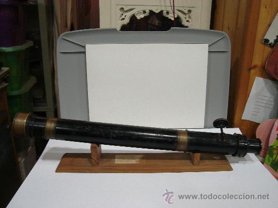 Antigüedades: ANTEOJO DE TEODOLITO CON RUEDA DE CREMALLERA PARA FIJAR OBJETIVO. 52 CM LARGO. SOBRE PEANA DE MADERA - Foto 2 - 26799077
